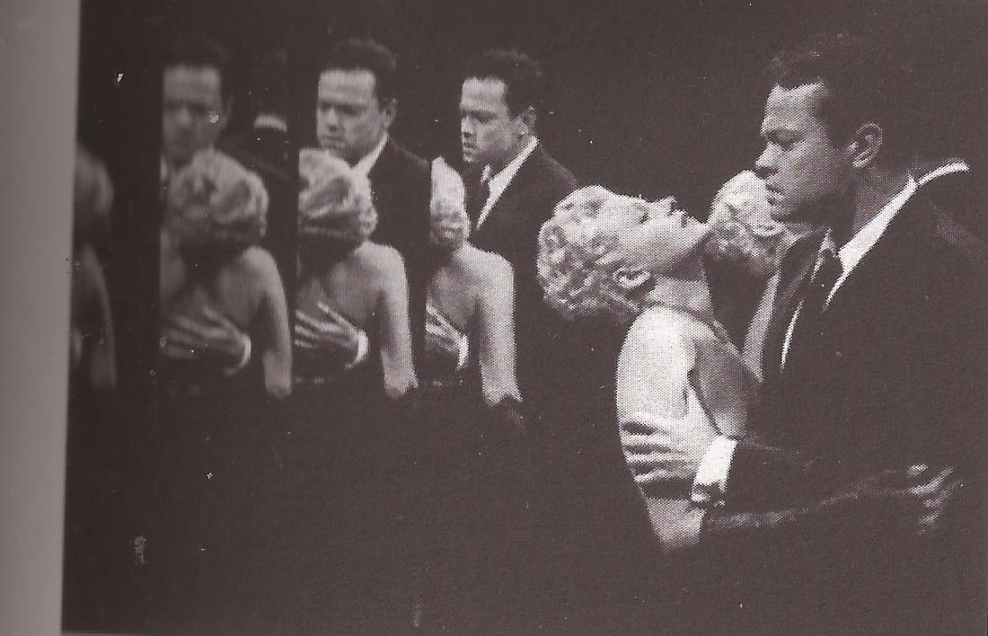 Rita Hayworth e Orson Welles in una scena di La signora di Shangai (1948) di O. Welles.