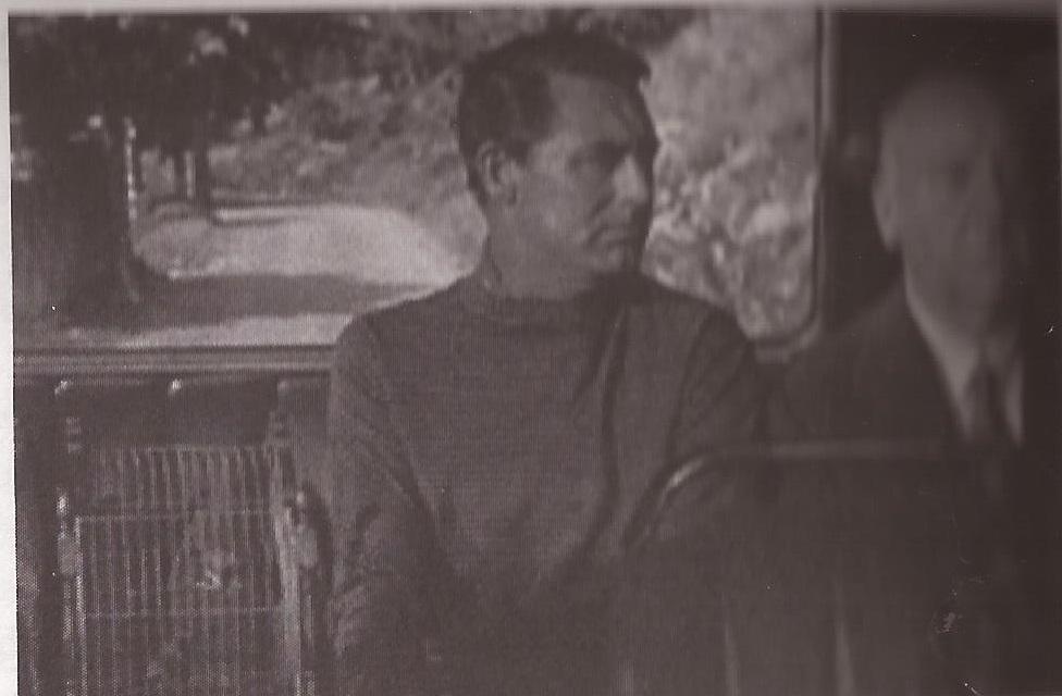 Cary Grant e Alfred Hitchcock in una scena di Caccia al ladro (1955) di A. Hitchcock.