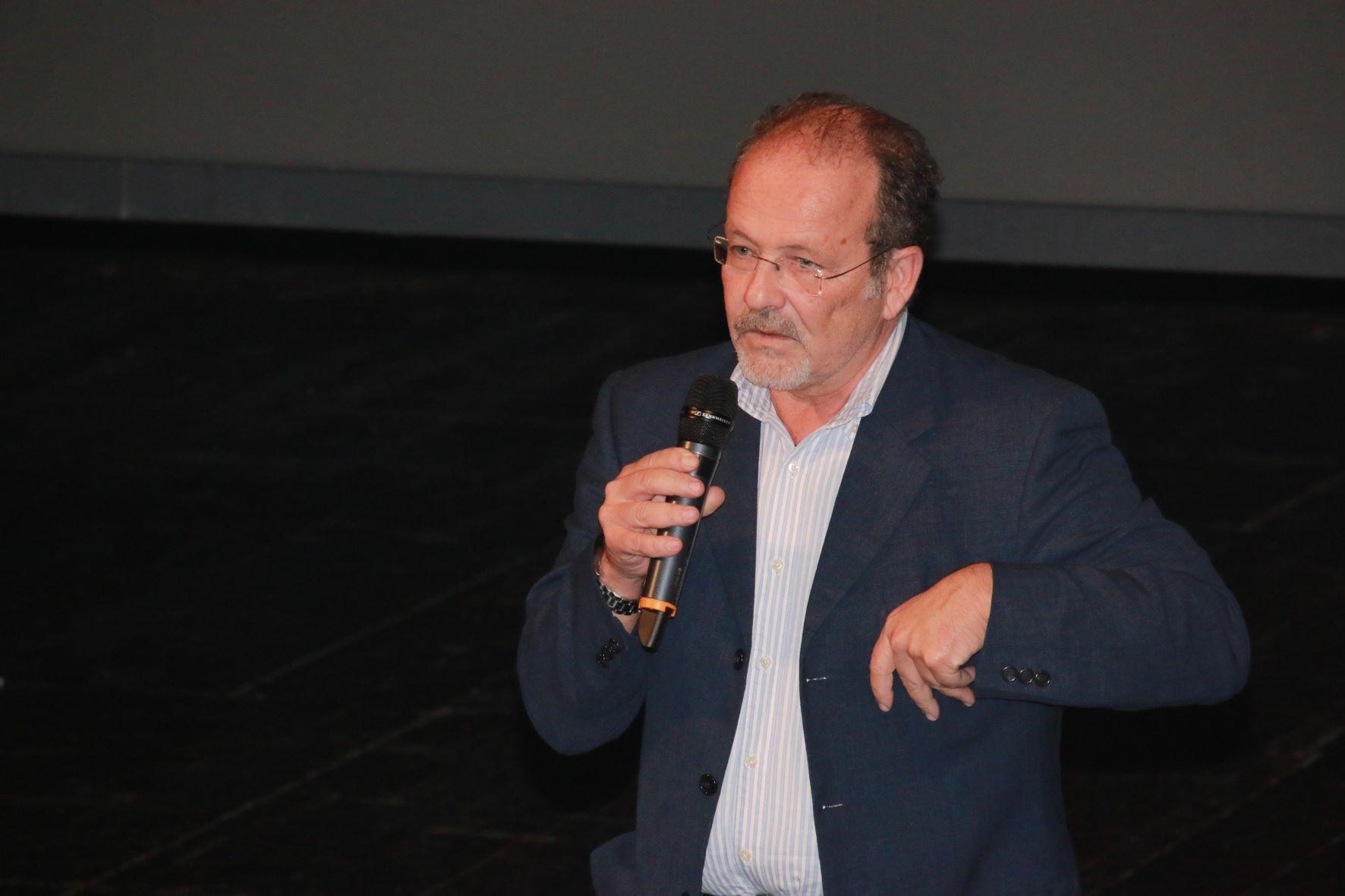 Serata d' Onore (44)      Toni Biocca nel momento della consegna della Targa alla carriera per l'adattamento e i dialoghi italiani a  Mario Paolinelli e Rosalba Calavetta